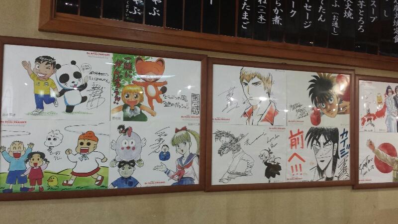 喜助の店内には著名な漫画家たちのサインが並んでいる!